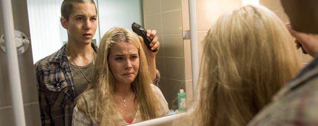 Leo (Tim Oliver Schultz) und Kim (Nele Schepe) rasieren sich die Haare ab
