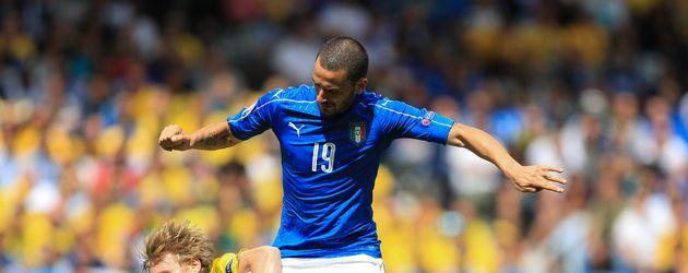 Leonardo Bonucci im Kampf mit einem schwedischen Gegenspieler