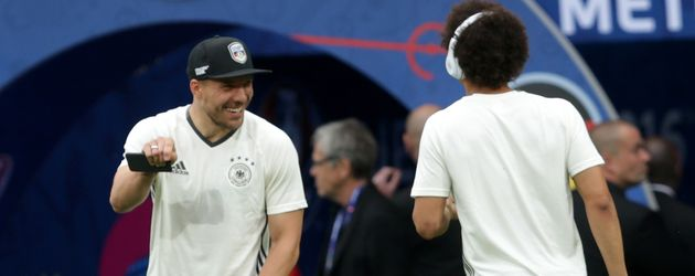 Leroy Sané scherzt mit Lukas Podolski auf dem EM-Rasen