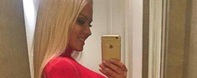 Mandy Lange vor dem Spiegel