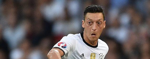 Mesut Özil schießt