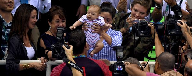 Michael Phelps feiert seinen erfolgreichen Medaillen-Sieg mit seiner Familie