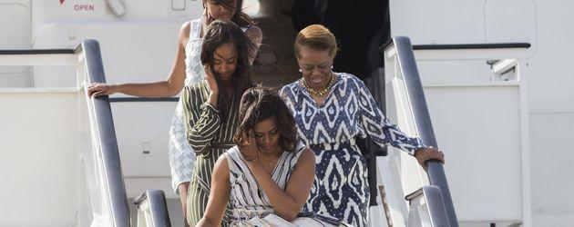Michelle Obama mit ihren Töchtern Malia und Sasha am Flughafen Madrid