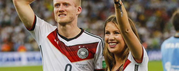 André Schürrle und Montana Yorke nach dem WM-Sieg 2014