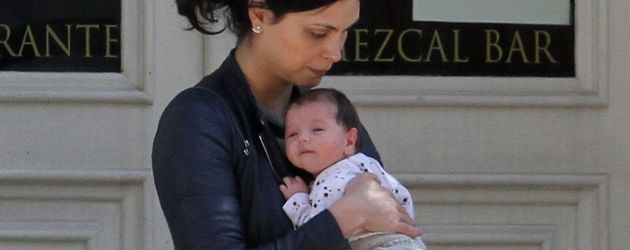 Morena Baccarin hält Tochter Frances Laiz Setta Schenkkan im Arm
