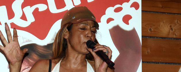 "Nadja Abd el Farrag auf der Bühne in ""Krümels Stadl"""