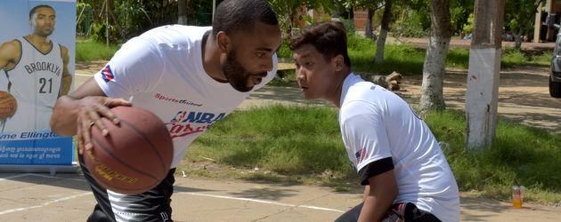NBA-Star Wayne Ellington beim Basketballspielen auf der Straße
