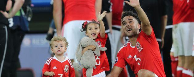 Neil Taylor mit seinen Kindern nach dem Viertelfinal-Spiel Wales gegen Belgien
