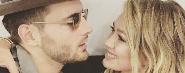 "Hilary Duff mit Co-Star Nico Tortorella beim Podcast ""The Love Bomb"""