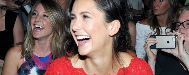 Nina Dobrev in der Front Row bei Marchesa auf der New York Fashion Week