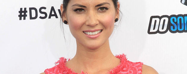 Olivia Munn im rotpinken Dress