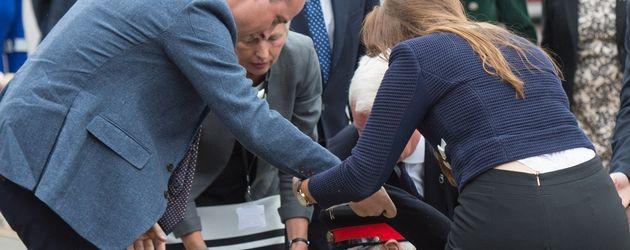 Prinz William hilft einem gestürzten Mann auf