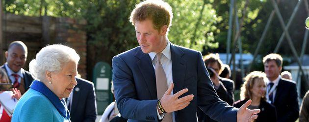 Queen Elizabeth II. und Prinz Harry in London
