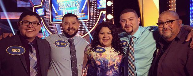 """Rico Rodriguez mit seinen Geschwistern und seinem Papa Roy beim """"Celebrity Family Feud"""""""