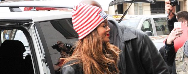 Rihanna mit einer Herzchenjacke