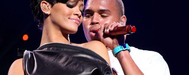 """Rihanna und Chris Brown auf der Bühne während des """"Z100's Jingle Ball"""" 2008"""