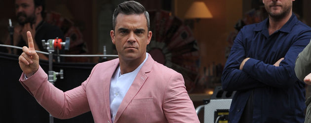 Robbie Williams macht einen Ausfallschritt