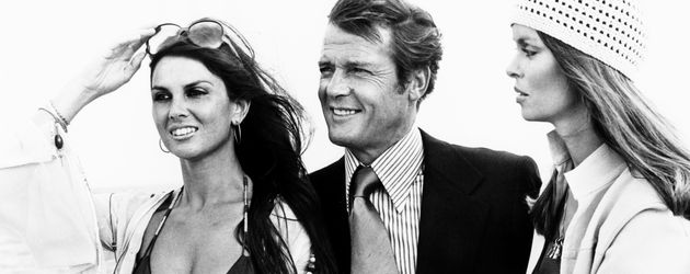 "Caroline Munro, Roger Moore und Barbara Bach im ""James Bond""-Film ""The Spy Who Loved Me"" 1977"