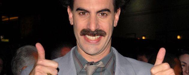Sacha Baron Cohen alias Borat mit erhobenen Daumen