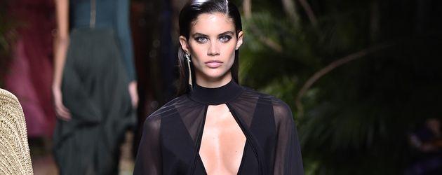 Sara Sampaio auf dem Catwalk der Balmain Show auf der Paris Fashion Week