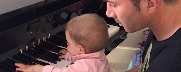 Sophia Cordalis und Lucas Cordalis am heimischen Klavier