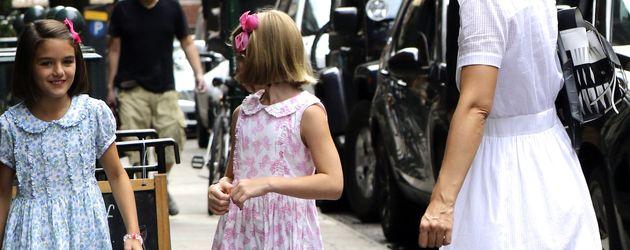 Suri Cruise, eine Freundin und ihre Mutter Katie Holmes in Soho, New York