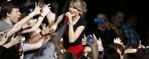 Taylor Swift mit Fans bei einem Konzert in Berlin