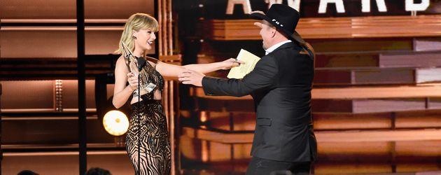 Taylor Swift und Garth Brook bei den CMA Awards 2016 in Nashville