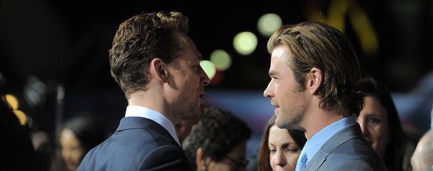 Tom Hiddleston und Chris Hemsworth (r.) auf der US Entertainment Thor-Premiere in Los Angeles