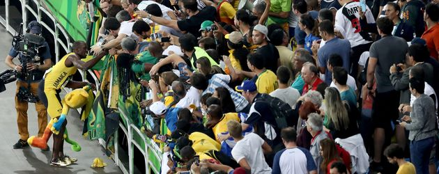 Usain Bolt (l.) feiert mit den Fans