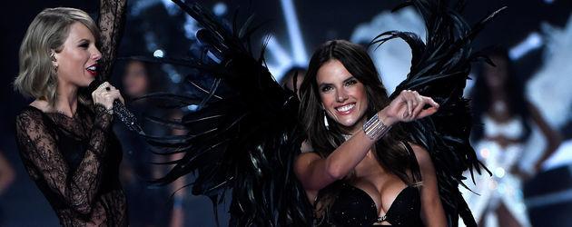 """Taylor Swift und Alessandra Ambrosio bei der """"Victoria's Secret""""-Show 2014"""