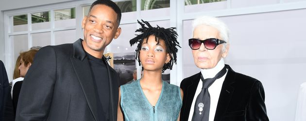 Willow Smith (m.), mit Papa Will Smith (l.) und Designer Karl Lagerfeld