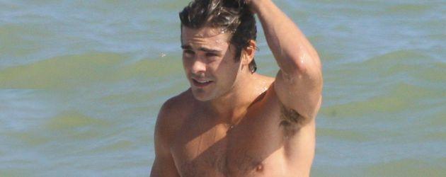 Schauspieler Zac Efron am Strand in Malibu