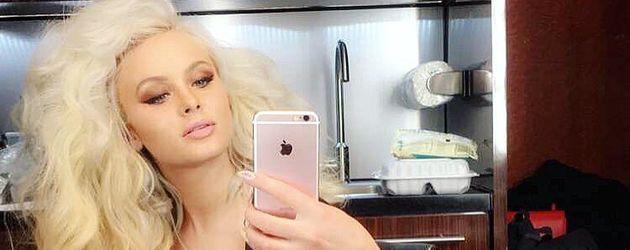 Zara Larsson beim Styling für einen Videodreh